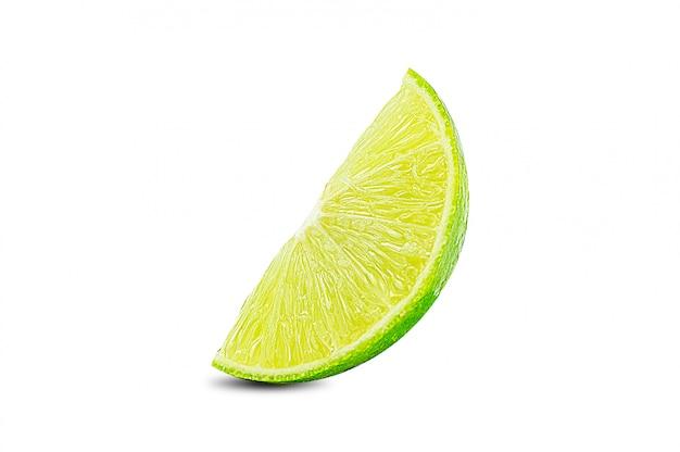 Lime.fresh frucht und scheibe, stück, scheibe der grünen kalkzitrusfrucht stehen getrennt auf weiß