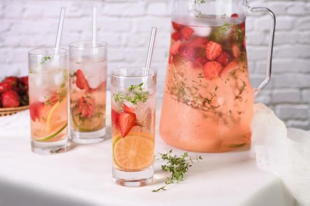 Limette und thymian kombiniert mit frischem erdbeersaft und tequila