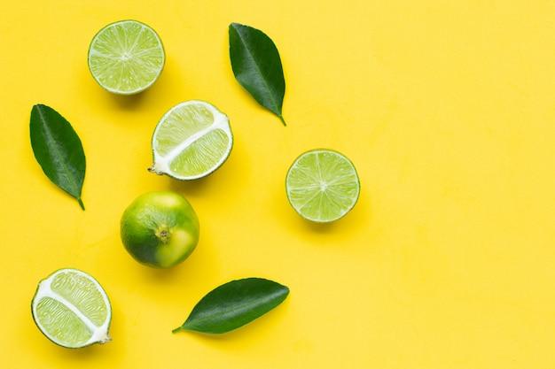 Limetten mit blättern auf gelb