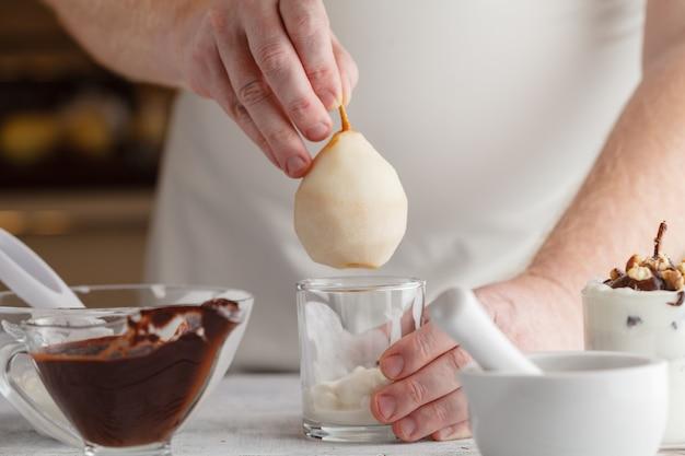 Limetten- und vanilleeis in einer tasse mit minze und holzlöffel