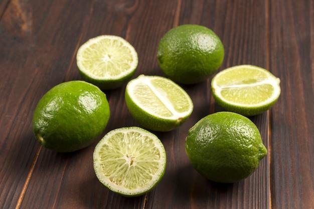 Limettenfrucht auf einem dunklen hölzernen hintergrund