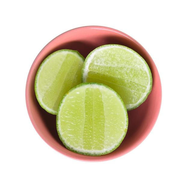Limettenfrucht in schüssel auf weißem hintergrund.