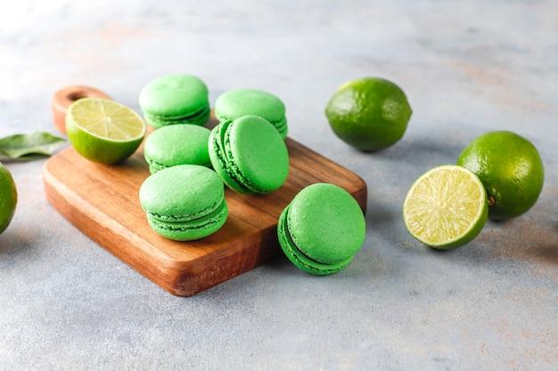 Limettenmakronen mit frischen früchten.