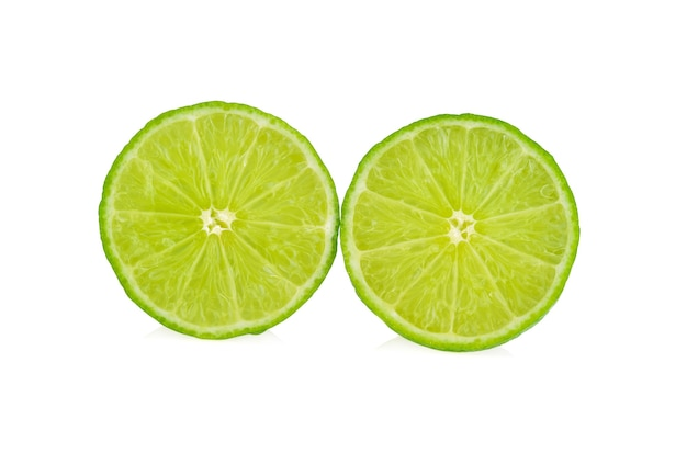 Limettenscheibe. frucht getrennt auf weiß.