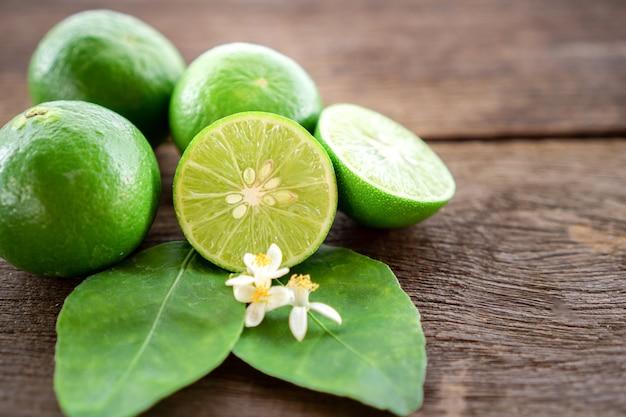 Limettenscheiben, grünes blatt auf holztisch