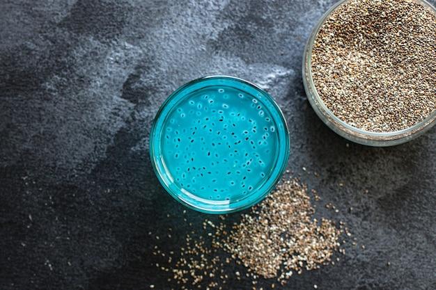 Limonade chiasamen trinken blue berry aroma in transparentem glas blaubeere