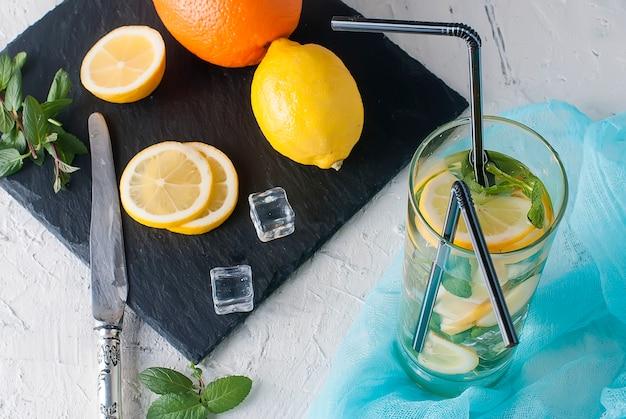 Limonade im glas mit eis und minze