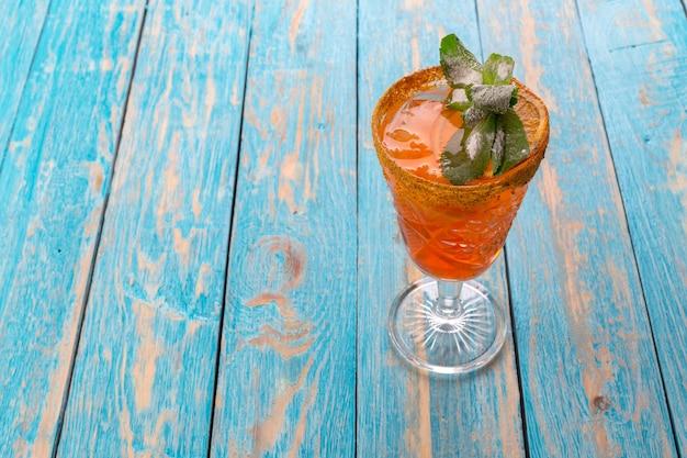 Limonade im glas setzte an hellblaue hölzerne tabelle