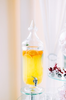 Limonade in einer flasche auf einem hochzeitsverpflegungstisch