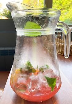 Limonade in einer flasche senkrecht auf dem tisch