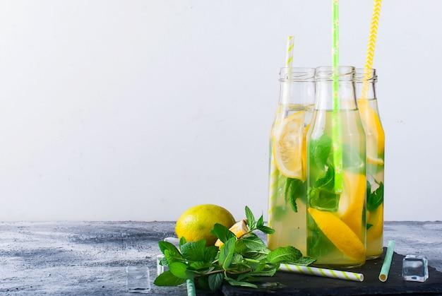 Limonade in flaschen mit eis und minze