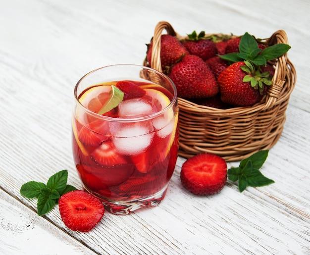 Limonade mit erdbeeren