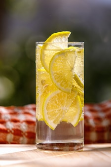 Limonade mit frischer zitrone im glas auf garten Premium Fotos
