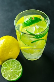 Limonade mit frischer zitrone