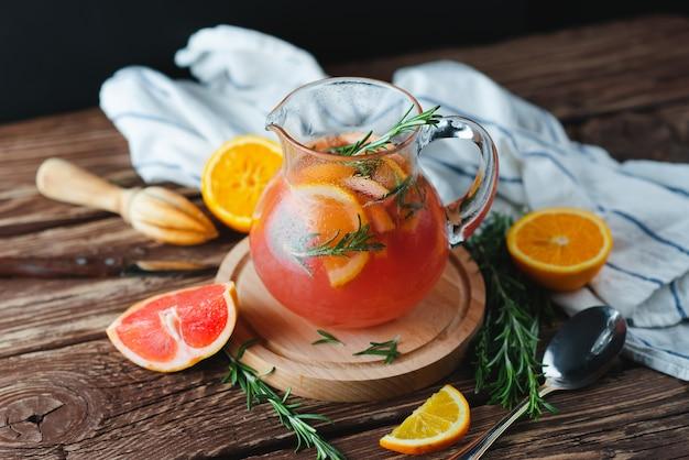 Limonade mit grapefruit und rosmarin