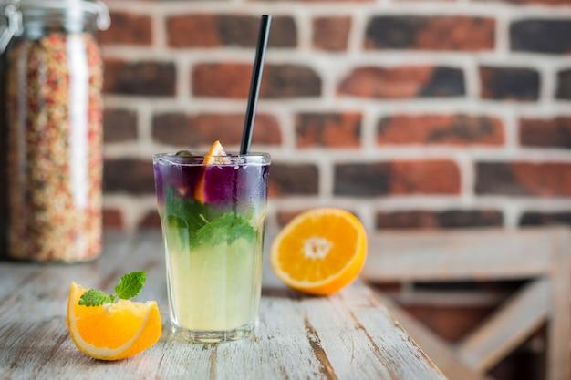 Limonade mit orangenminze und eis