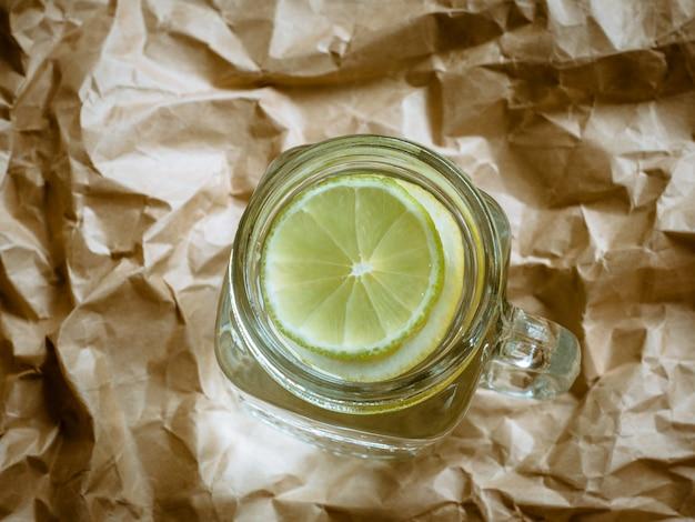 Limonade mit zitrone auf hellem hintergrund. null-abfall-konzept.