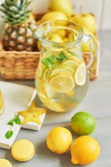 Limonade, süße macarons und früchte