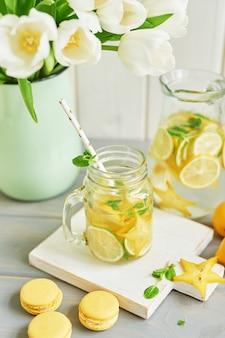 Limonade, süße macarons und tulpenblüten
