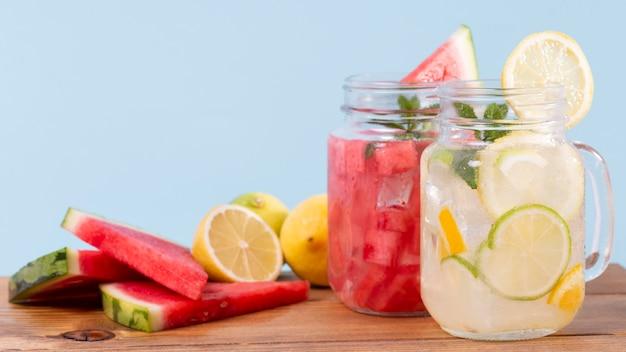Limonade und wassermelone trinken