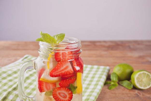 Limonaden- oder mojito-cocktail mit zitrone, erdbeeren und minze