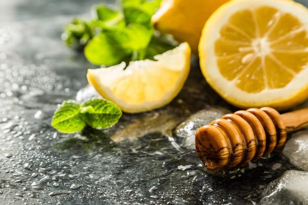 Limonadenbestandteile auf marmorhintergrund