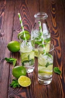 Limonadengetränk auf einem holztisch