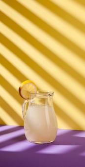 Limonadenglas mit zitronenscheibe