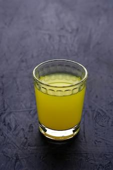 Limoncello, italienischer likör mit zitronen