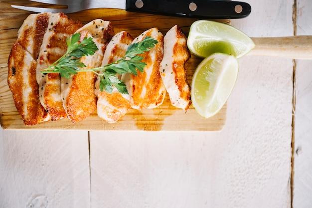 Limones nahes gebratenes fleisch auf schneidebrett
