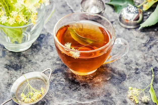 Linde. linden tee. naturtee mit tiefenschärfe getränke