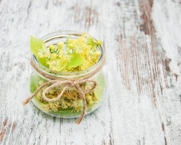 Lindenblüten im glas