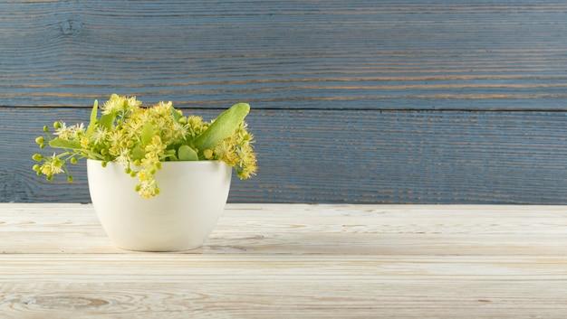 Lindenblumen auf holzdetails