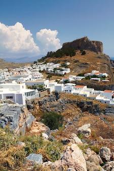 Lindos mit der burg oben auf der griechischen insel rhodos.