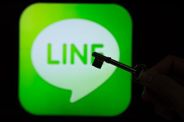 Line sicherheitsinhalt. schattenbild einer frauenhand, die einen schlüssel vor der linie logo hält