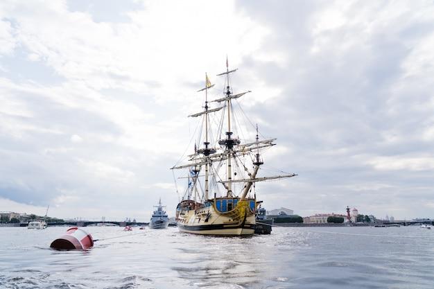 Lineare fregatte poltawa an der newa, der innenstadt.
