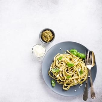 Linguine mit grünem pesto