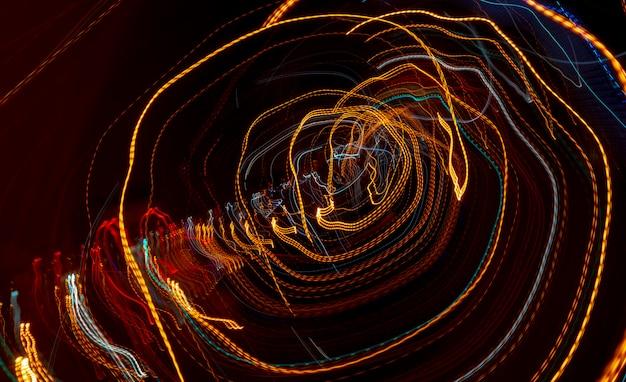 Linie autoscheinwerfer mit langzeitbelichtung. abstrakter hintergrund.