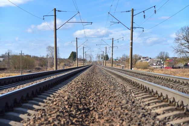 Linie eisenbahnlinien im frühjahr in der stadt