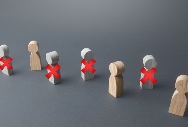 Linie von menschen mit rotem x. verlust von arbeitsplätzen und massiver stellenabbau