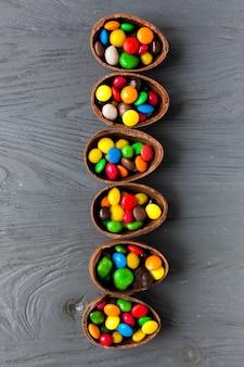Linie von schokoladeneiern mit süßigkeiten