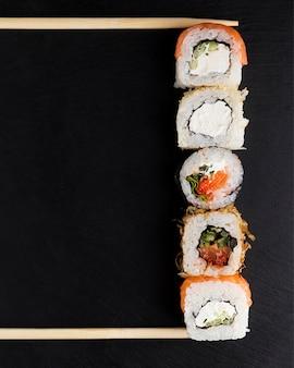 Linie von sushi-rollen