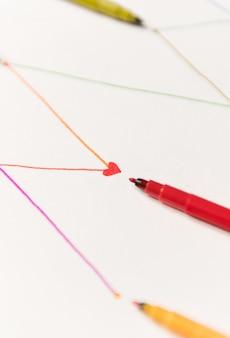 Linien für den zeitplan mit bunten markierungen auf weißem papier gemalt
