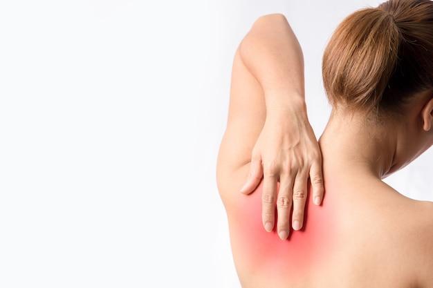 Linke hand berührt medialen rand des linken schulterblattknochens tender und trigger