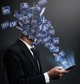 Linkedin-symbole tauchen im gesicht eines mannes auf