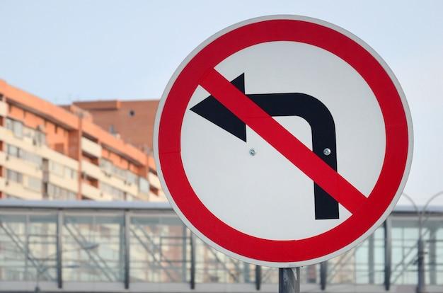 Links abbiegen ist verboten. verkehrszeichen mit durchgestrichenem pfeil nach links