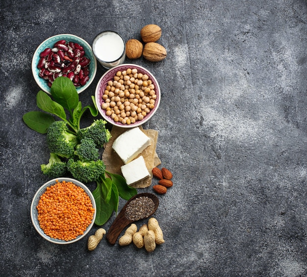 Linsen, kichererbsen, nüsse, bohnen, spinat, tofu, broccoli und chi