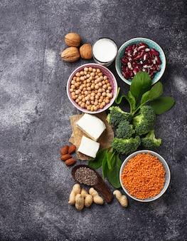 Linsen, kichererbsen, nüsse, bohnen, spinat, tofu, broccoli und chiasamen.