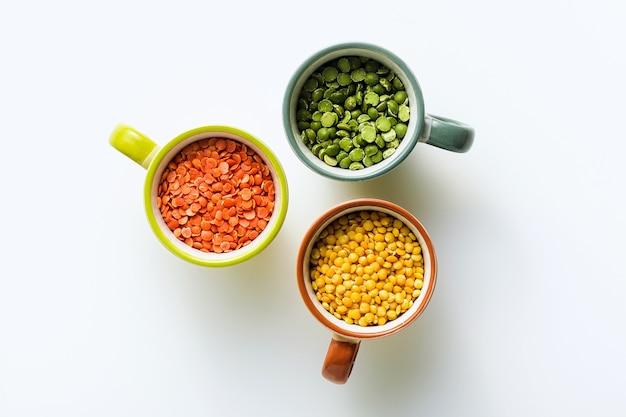 Linsen verschiedener arten und farben in portionierten bechern. vegane proteine.