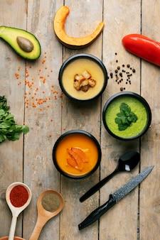Linsencremesuppe, kürbissuppe und rohes gemüse